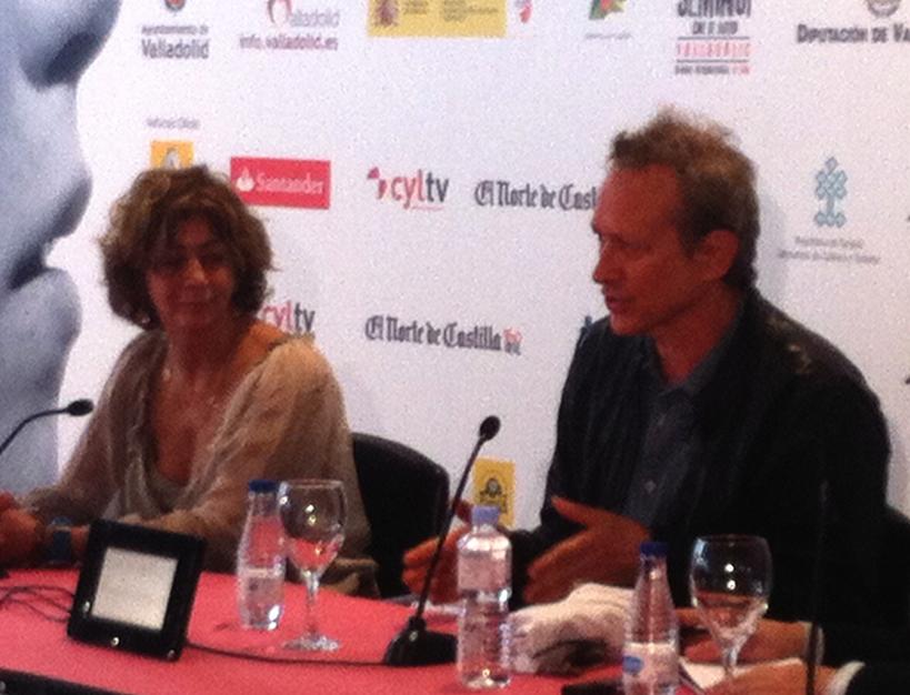 Alexandre Rockwell en la rueda de prensa en el Teatro Calderón. Foto (con mucho grano) LJC