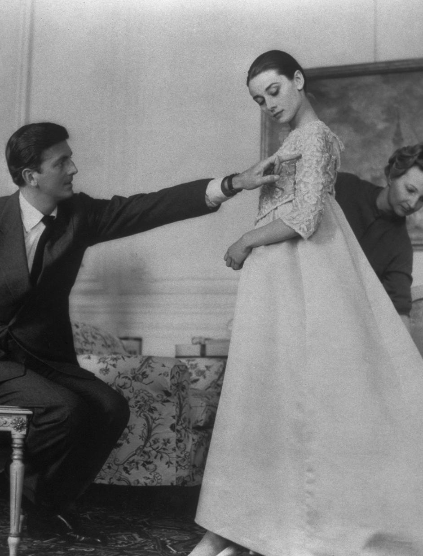 Hubert de Givenchy y Audrey Hepbum en un prueba de vestuario para el estreno de la película Historia de una monja  (Fred Zinneman, 1959). Corbis Images
