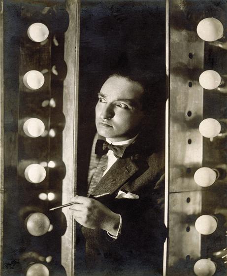 WWDepero en el camerino del Teatro Trianon de Milán, 1924