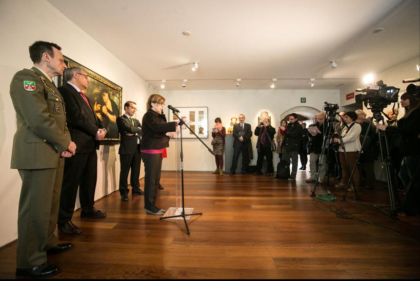 María Bolaños con las autoridades y diversos representantes de los medios de comunicación.
