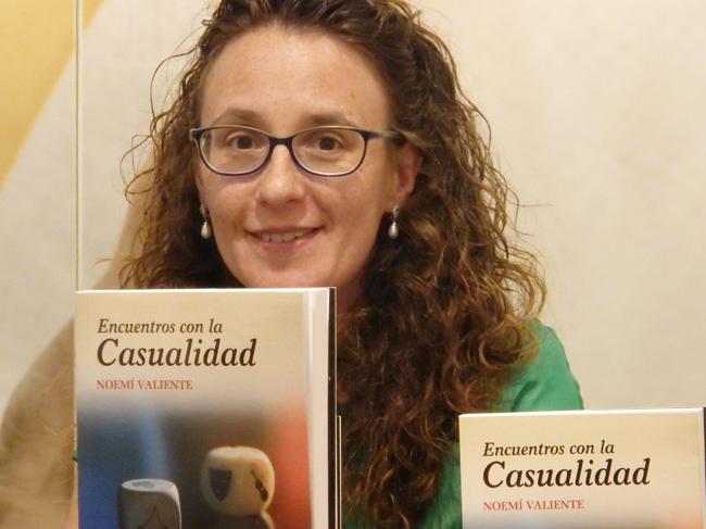 Noemí Valiente y su libro Encuentros con la casualidad. Fotografía: Marco Temprano